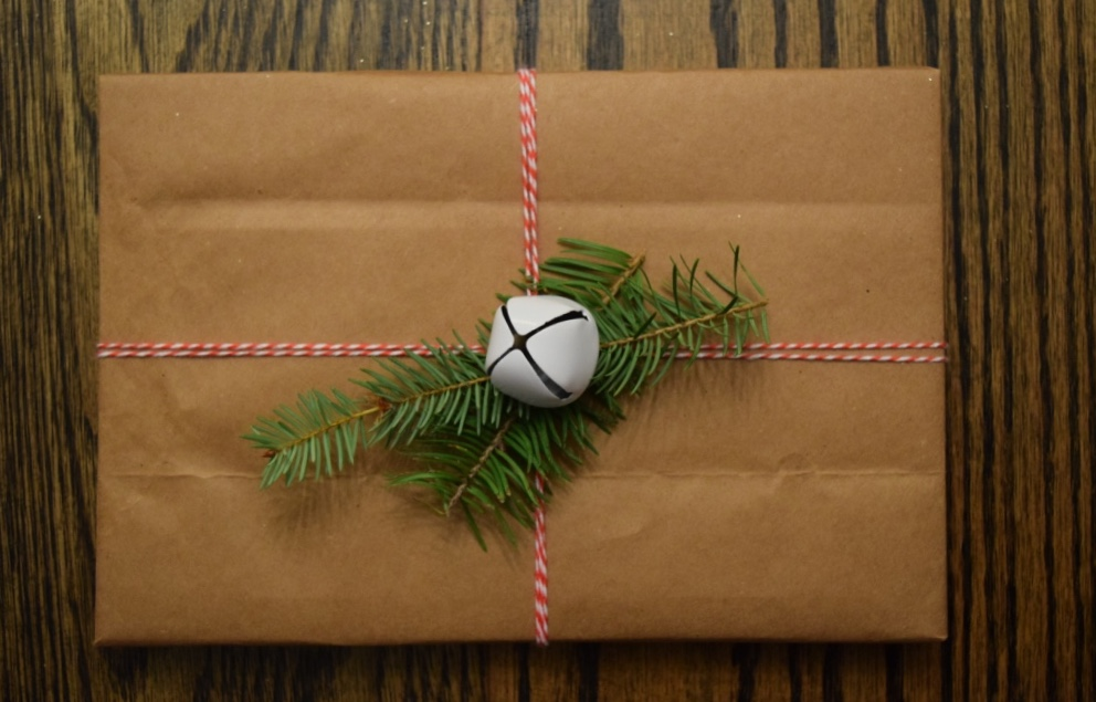 Natural Christmas gift wrapping is very in right now. Easy DIY natural Christmas wrapping.